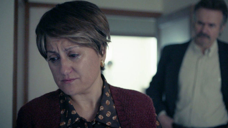 Secuencia del séptimo episodio de 'Fariña', con el Sargento Darío detrás de Avendaño. (Antena 3)
