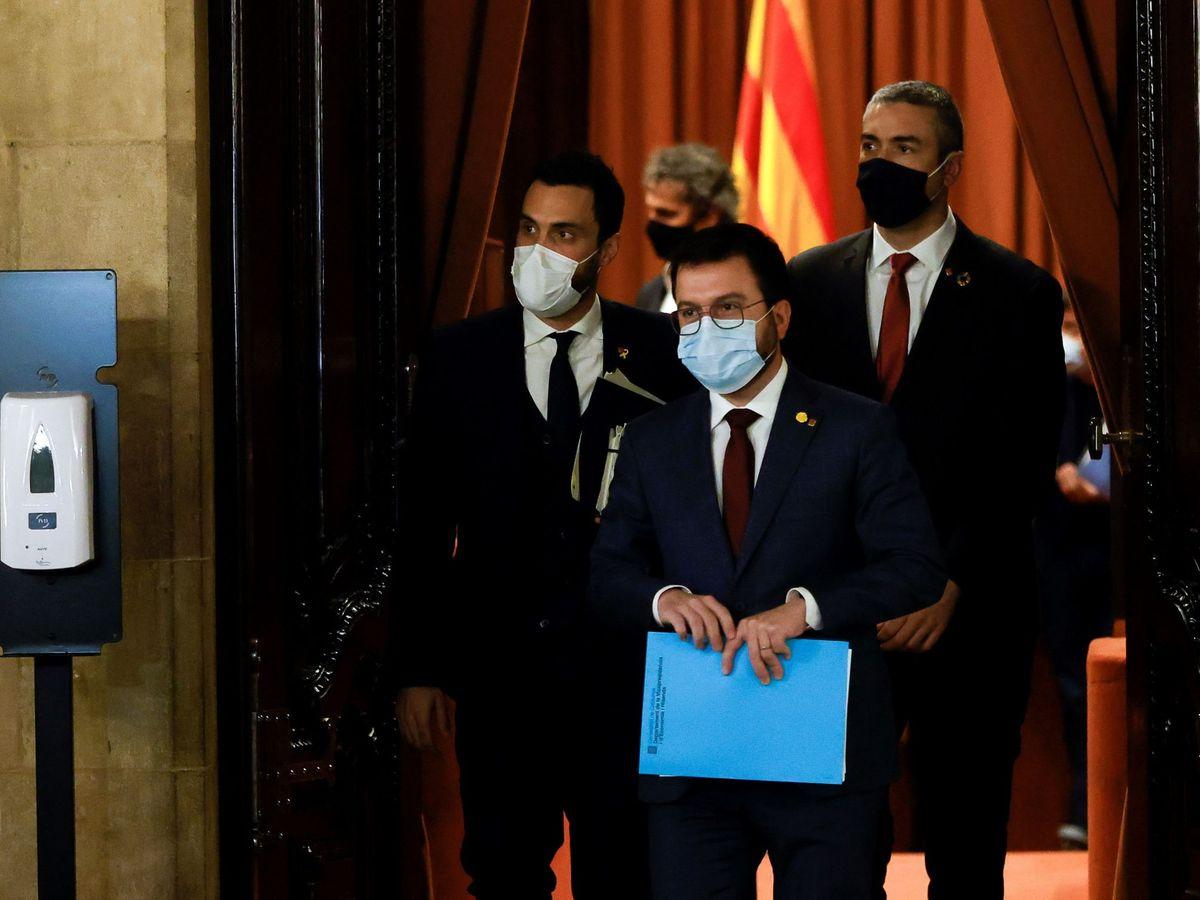 Foto: El vicepresidente de la Generalitat, Pere Aragonés (c); el presidente del Parlament, Roger Torrent (i), y el conseller de Exteriores, Bernat Solé (d). (EFE)