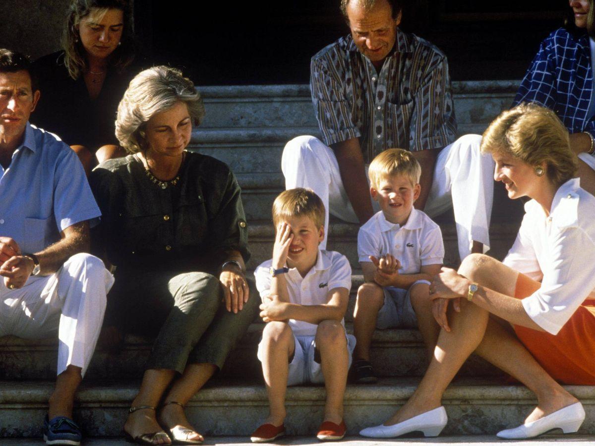 Foto: La familia real española, junto a Diana de Gales y Carlos. (Cordon Press)