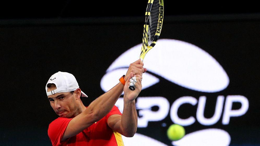 Foto: Rafa Nadal golpea una bola durante un entrenamiento de la ATP Cup. (EFE)