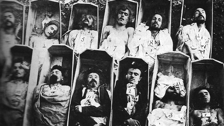 Comuneros en sus ataúdes en 1871 (CC)