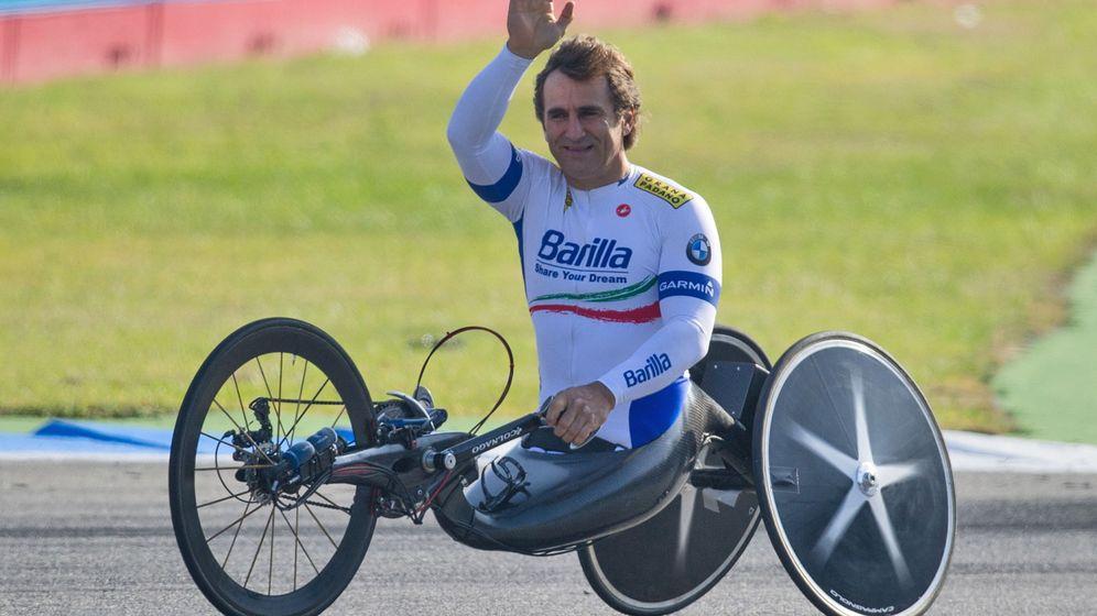 Foto: Zanardi saludaba al público antes de tomar parte en la última carrera del DTM de 2012 (EFE)
