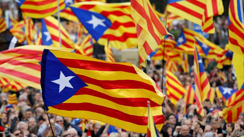 Banderas esteladas en una manifestación. (Reuters)