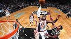 LeBron James humilla a dos rivales volando sobre sus cabezas para hacer un mate