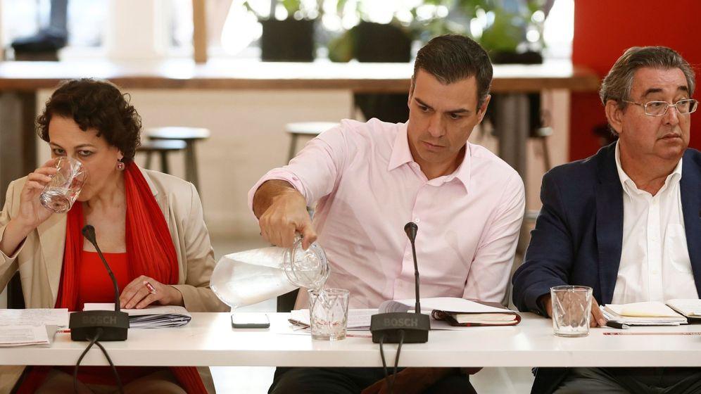 Foto: Pedro Sánchez, junto a la ministra de Trabajo, Magdalena Valerio, en una reunión con organizaciones de autónomos. (EFE)