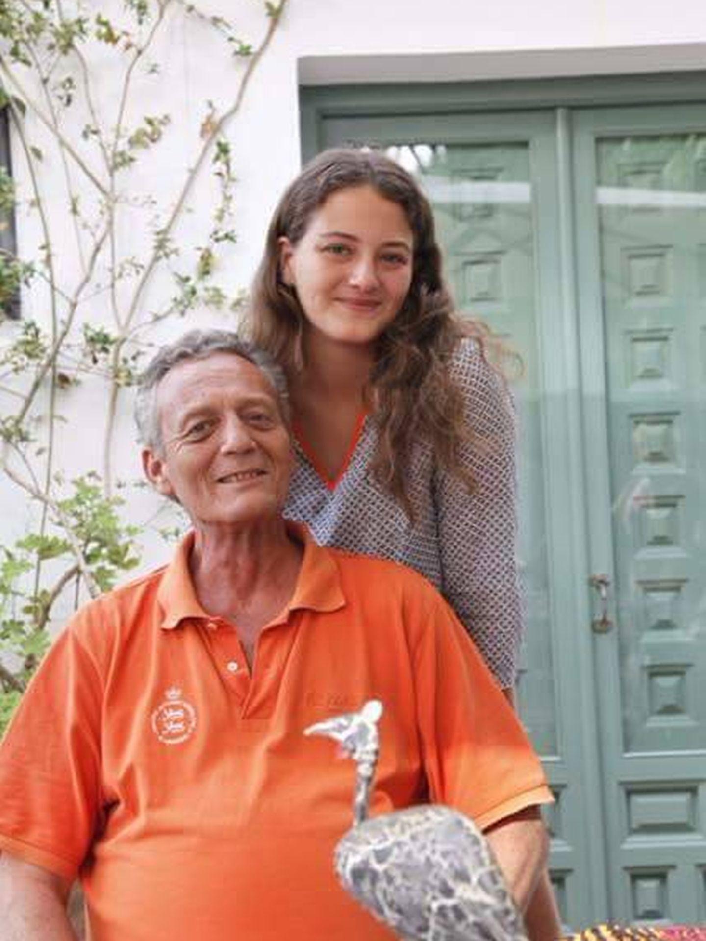 Victoria con su padre Marco, en una bonita imagen familiar compartida en redes.