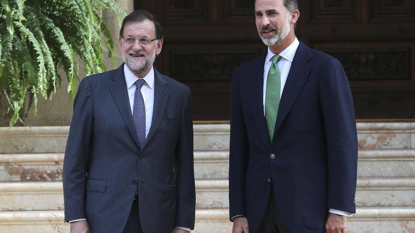 Foto: Mariano Rajoy y Felipe VI en el palacio de Marivent. (Efe)
