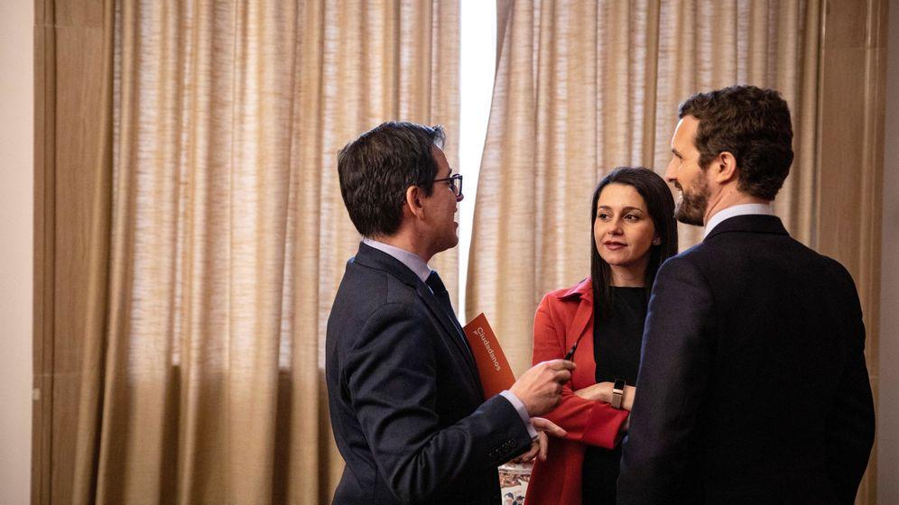 Foto: El líder del PP, Pablo Casado (d), la política de Ciudadanos Inés Arrimadas y el secretario general del grupo parlamentario de Ciudadanos, José María Espejo-Saavedra (i). (Pedro Ruiz)