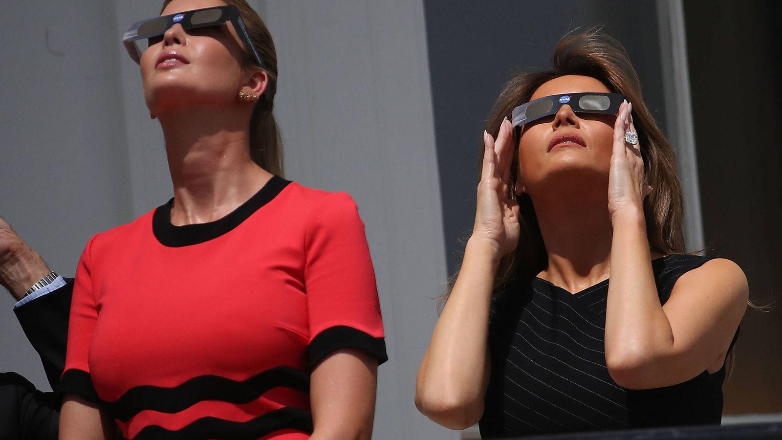 Foto: Ivanka y Melania ven el eclipse desde la Casa Blanca. (Getty)