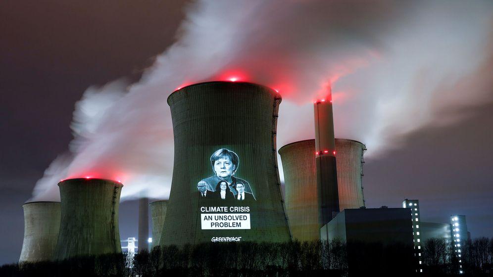Foto: Activistas proyectan la imagen de la canciller Ángela Merkel en una central termoeléctrica. (EFE)