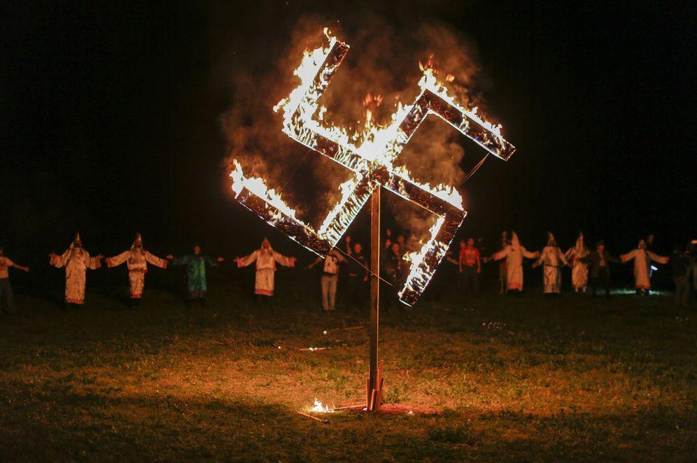 Foto: Marcha de grupos supremacistas blancos y miembros del Ku Klux Klan en Georgia, en abril de 2016 (EFE)