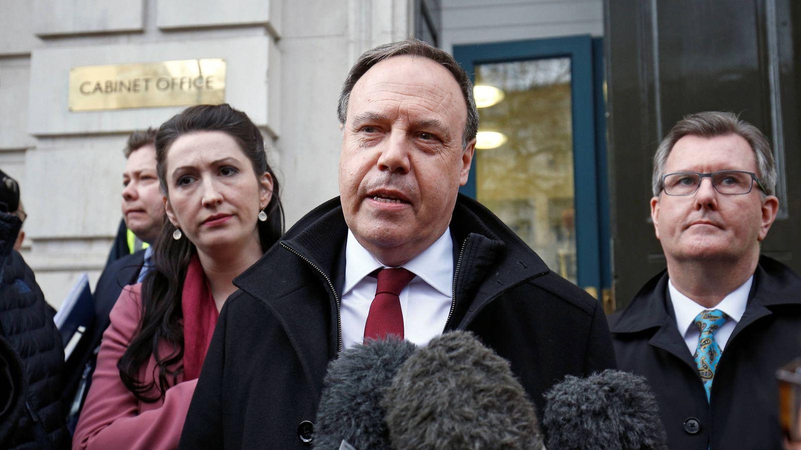 Foto: Nigel Dodds, del DUP, se dirige a los medios ante el Cabinet Office, en Londres. (Reuters)
