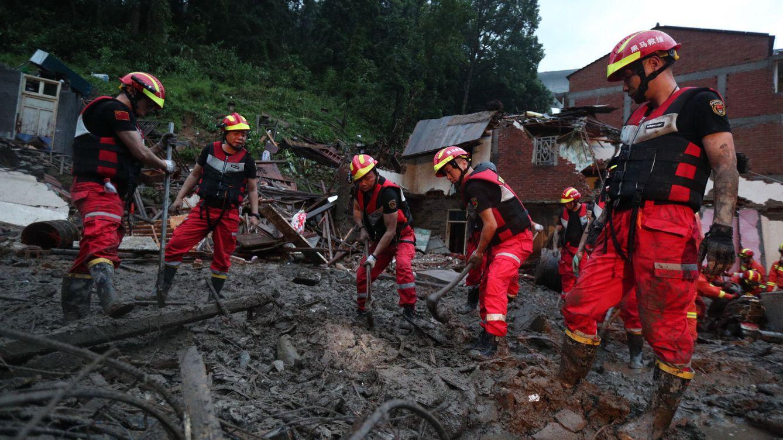 Foto: Los efectivos de emergencias trabajan en el rescate de las víctimas del tifón Lekima.(Reuters)