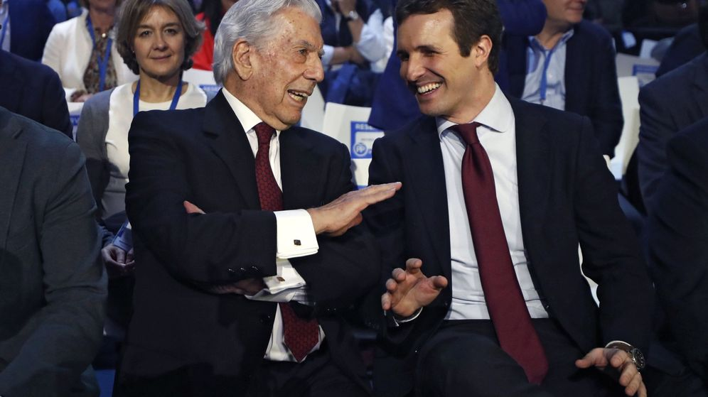 Foto: Mario Vargas Llosa y Pablo Casado en la convención nacional del PP. EFE