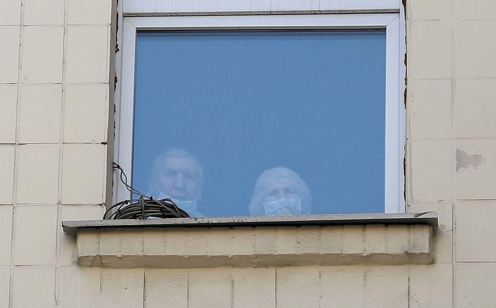 Foto: Una doctora y un paciente miran por la ventana de un hospital en el centro de Kiev, en enero de 2016. (Reuters)