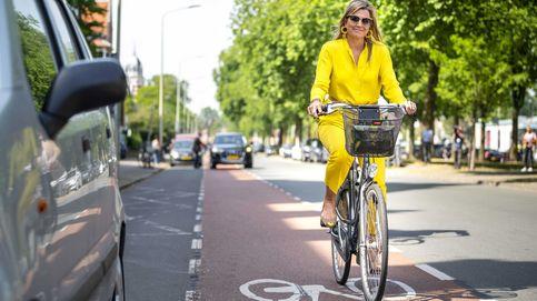 Máxima de Holanda y su llamativo look amarillo para ir en bici al museo