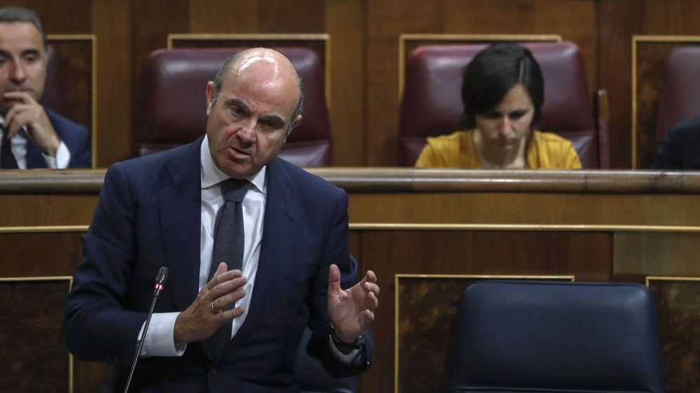 Foto: El ministro de Economía, Luis de Guindos, ayer en el Congreso. (EFE)