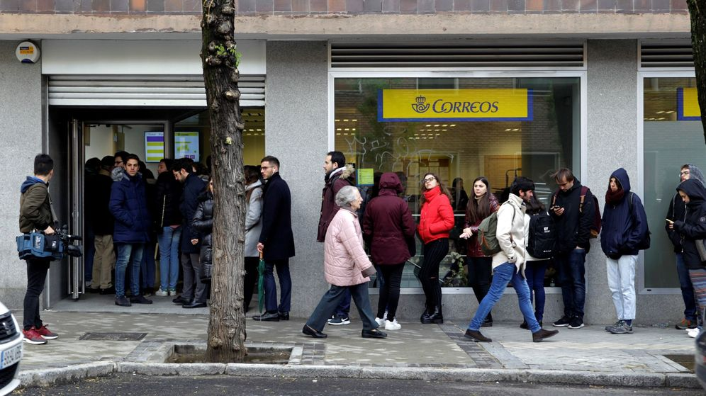 Foto: Decenas de personas hacen cola este jueves en una oficina de Correos de Madrid. (EFE)