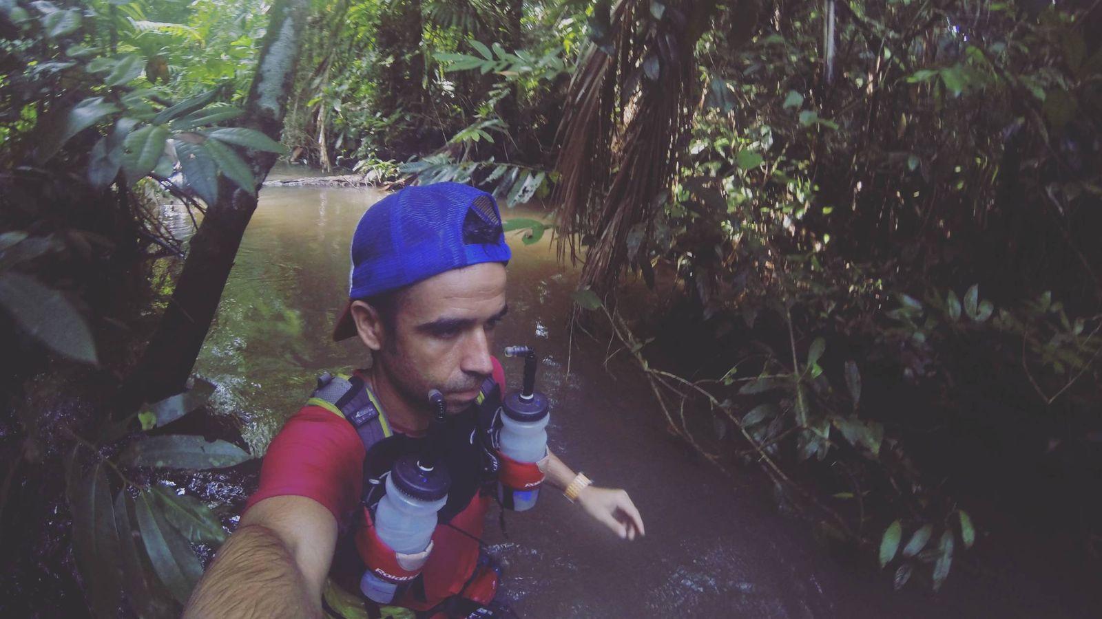 Foto: Carlos Llano en un momento de la Jungle Marathon por el Amazonas.