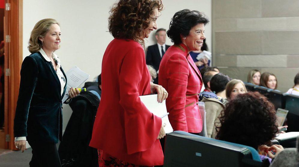 Foto: La portavoz del Gobierno, Isabel Celaá (d), la ministra de Hacienda, María Jesús Montero (c), y la de Economía, Nadia Calviño. (EFE)