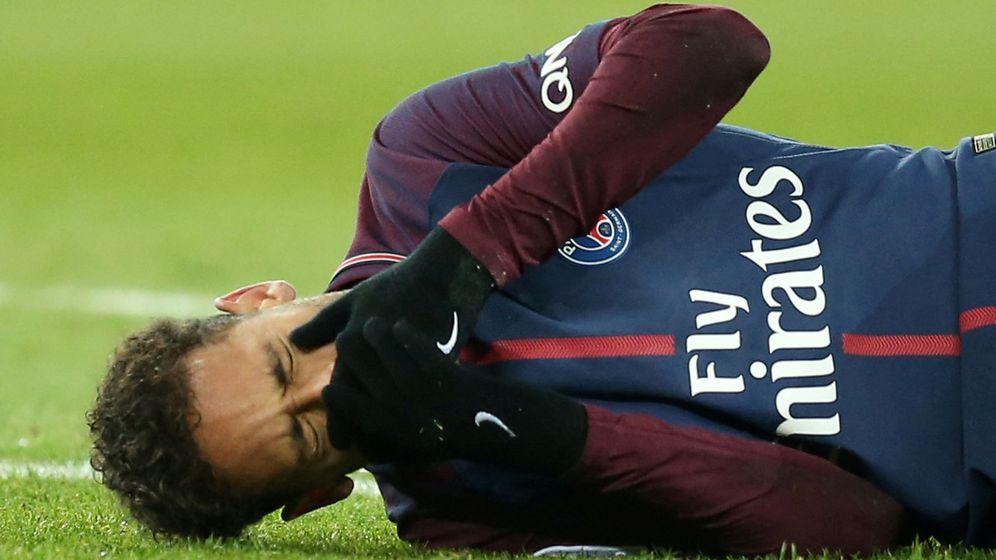 Foto: Neymar, en el momento de caer lesionado ante el Olympique de Marsella. (Reuters)