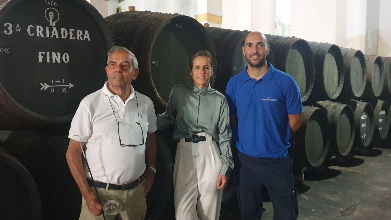 Helena Rivero, entre el capataz Pepe Blandino y su ayudante Carlos Mateos. (Foto: Ángeles Gómez)