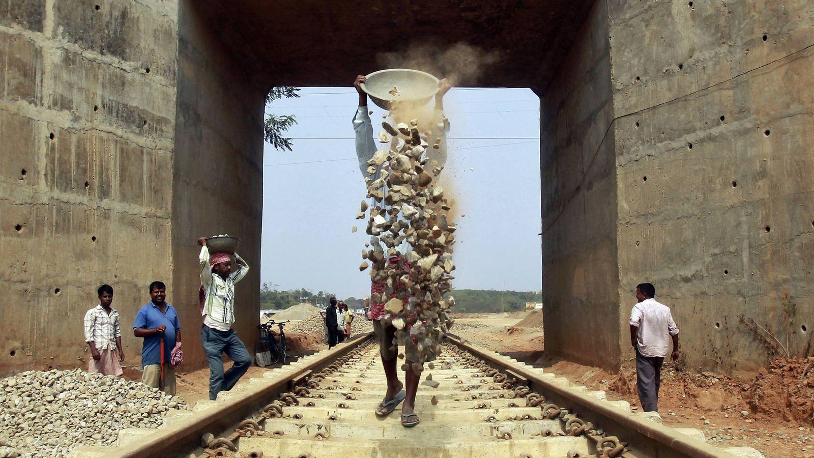Foto: Trabajadores durante la construcción de una nueva vía de ferrocarril en las afueras de Agartala, capital del estado de Tripura, el 25 de febrero de 2015. (Reuters)