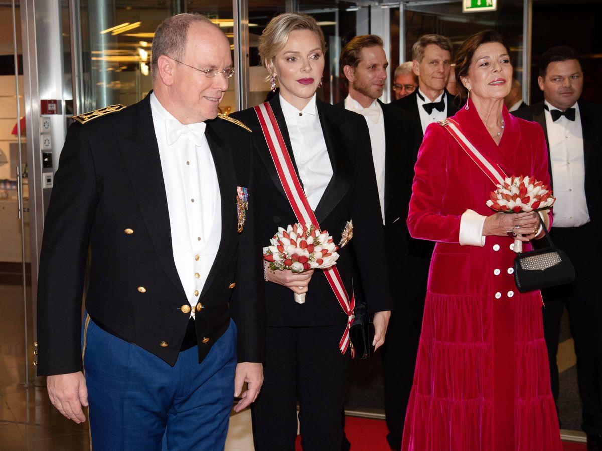 Foto: El príncipe Alberto, junto a Charlène y Carolina. (Getty)