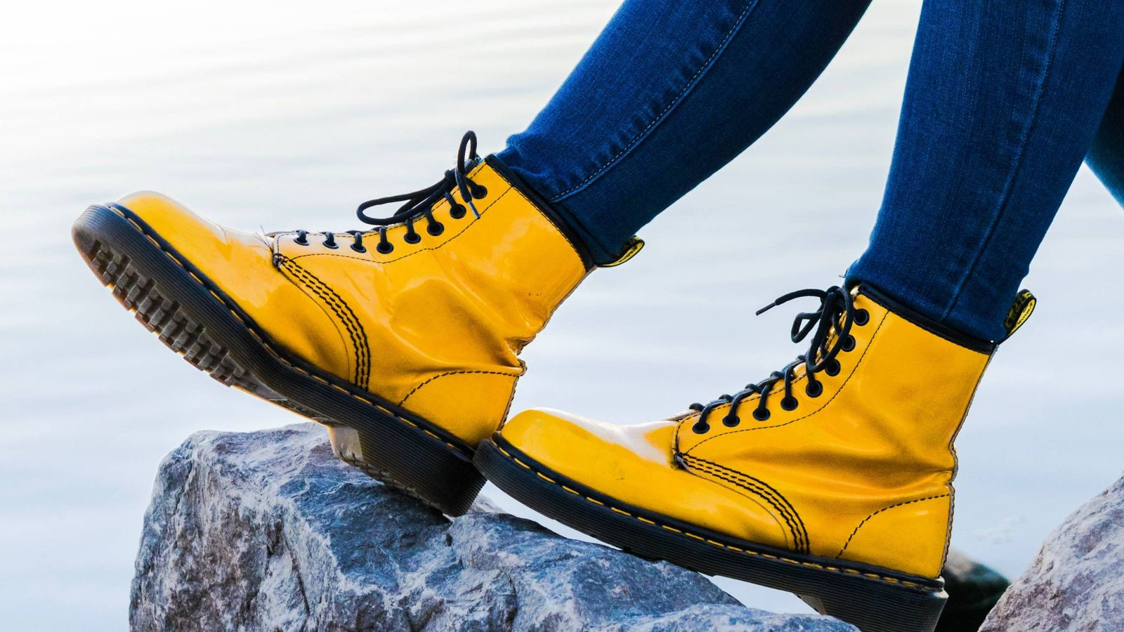 Foto: Las botas serán la clave de tus atuendos en otoño. (Noah Buscher para Unsplash)