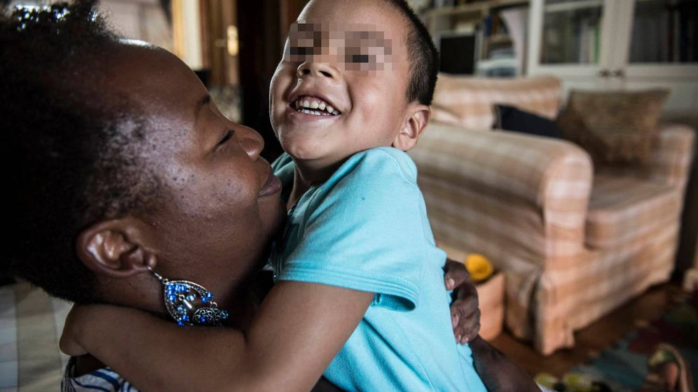 Foto: África y Efraín en el salón de su casa de Móstoles. (N. L. P.)