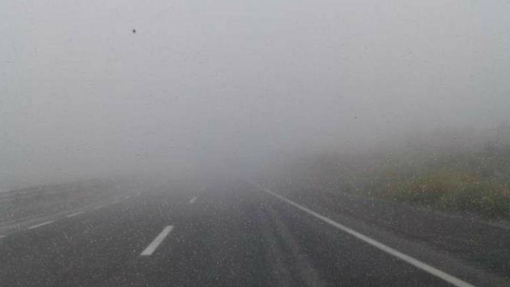 Foto: Vista de un tramo de la A-8 con niebla.