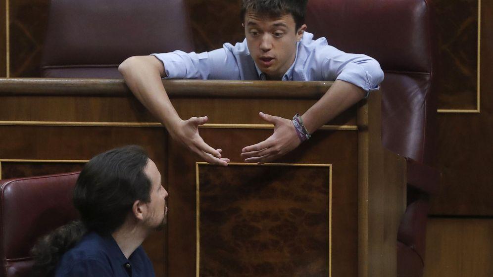 Foto: El líder de Podemos, Pablo Iglesias (abajo), conversa con el diputado de esta formación, Íñigo Errejón, durante una sesión de control al Gobierno en el Congreso de los Diputados. (EFE)