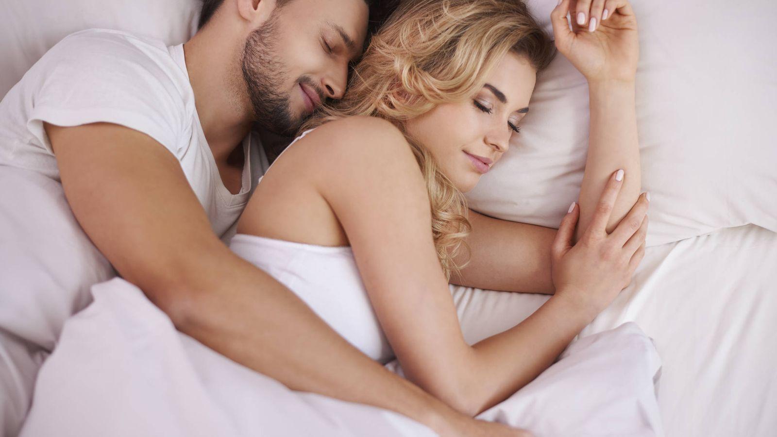 Foto: Y si tienes la suerte de dormir en compañía, mucho mejor que cualquier postura. (iStock)