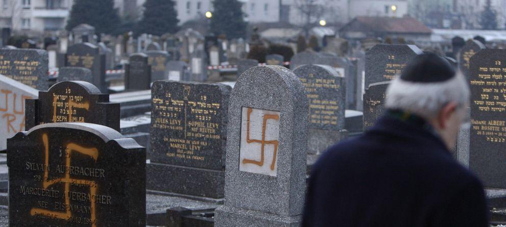 Foto: Francis Levy inspecciona las tumbas profanadas en el cementerio judío de Cronenbourg, Francia. (Reuters)