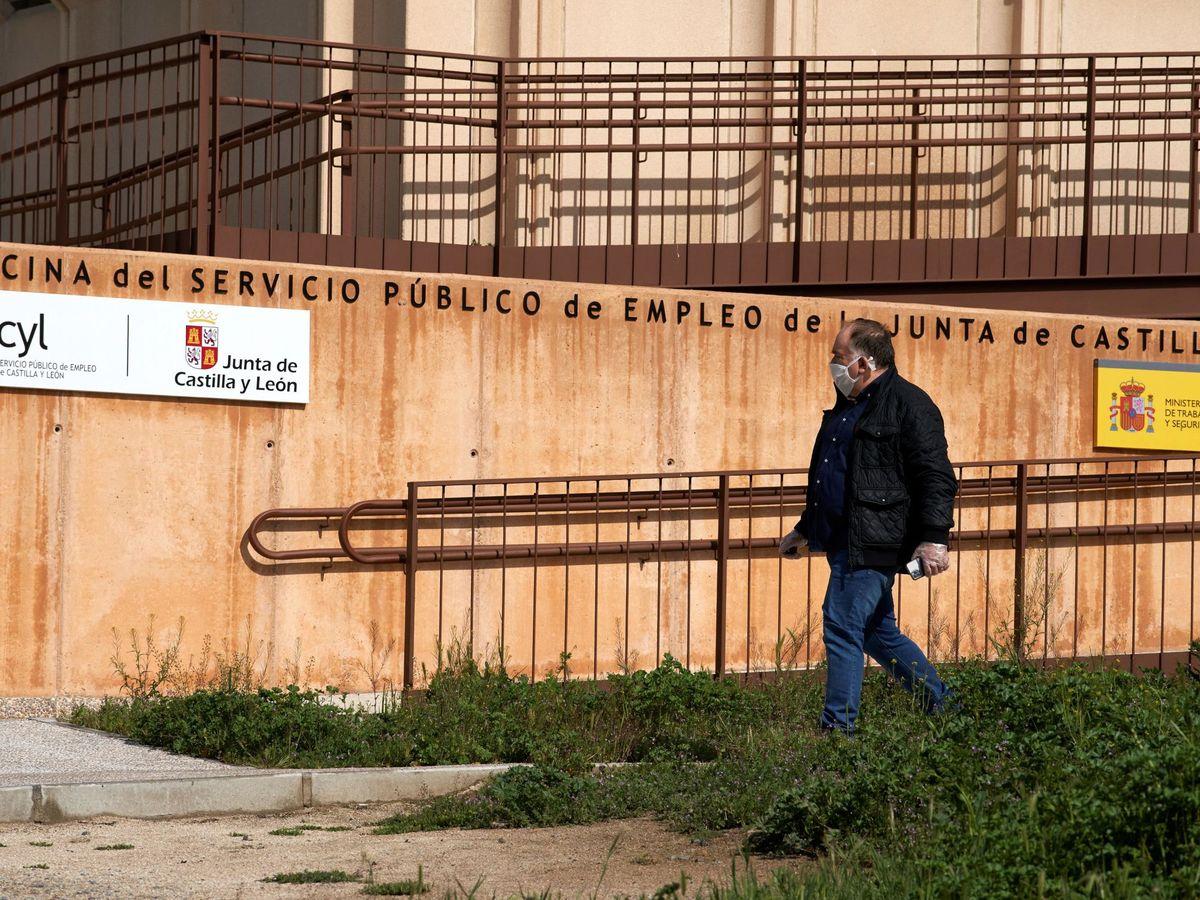 Foto: Entrada de la oficina del Servicio Público de Empleo de la Junta de Castilla y León en Ávila (EFE)