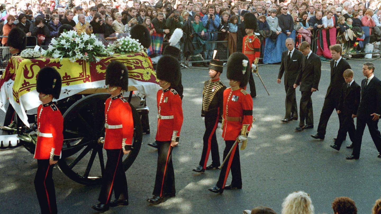 El duque de Edimburgo, junto a Guillermo en el funeral de Diana. (Reuters)