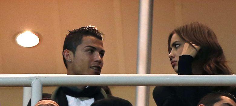 Foto: Cristiano Ronaldo con Irina Shayk en el palco privado (Efe).