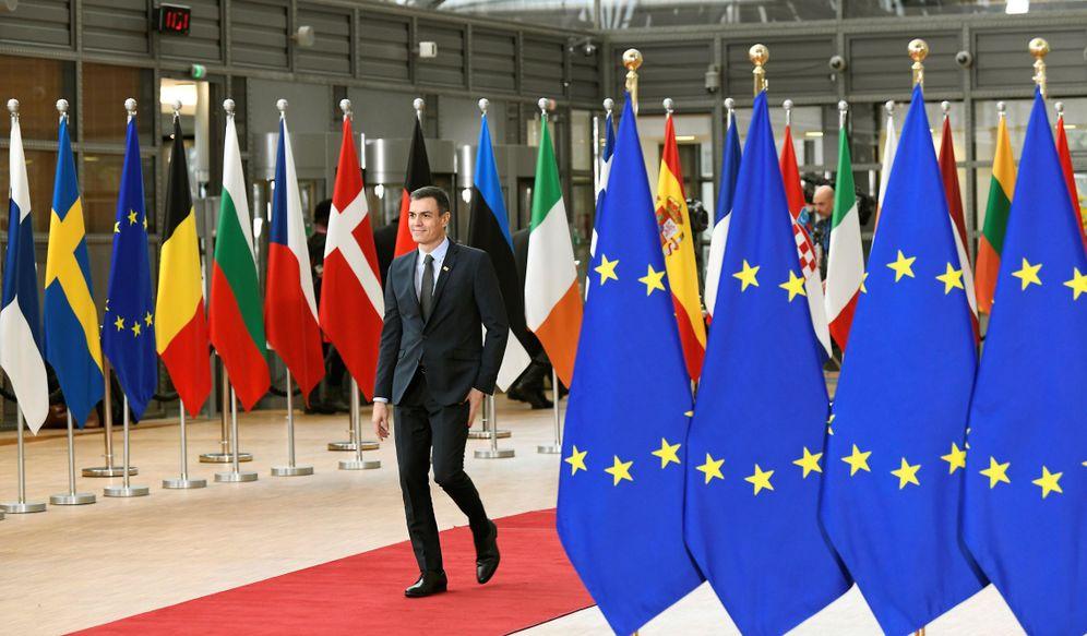 Foto: Pedro Sánchez, a su llegada al Consejo Europeo extraordinario, este 20 de febrero. (EFE)
