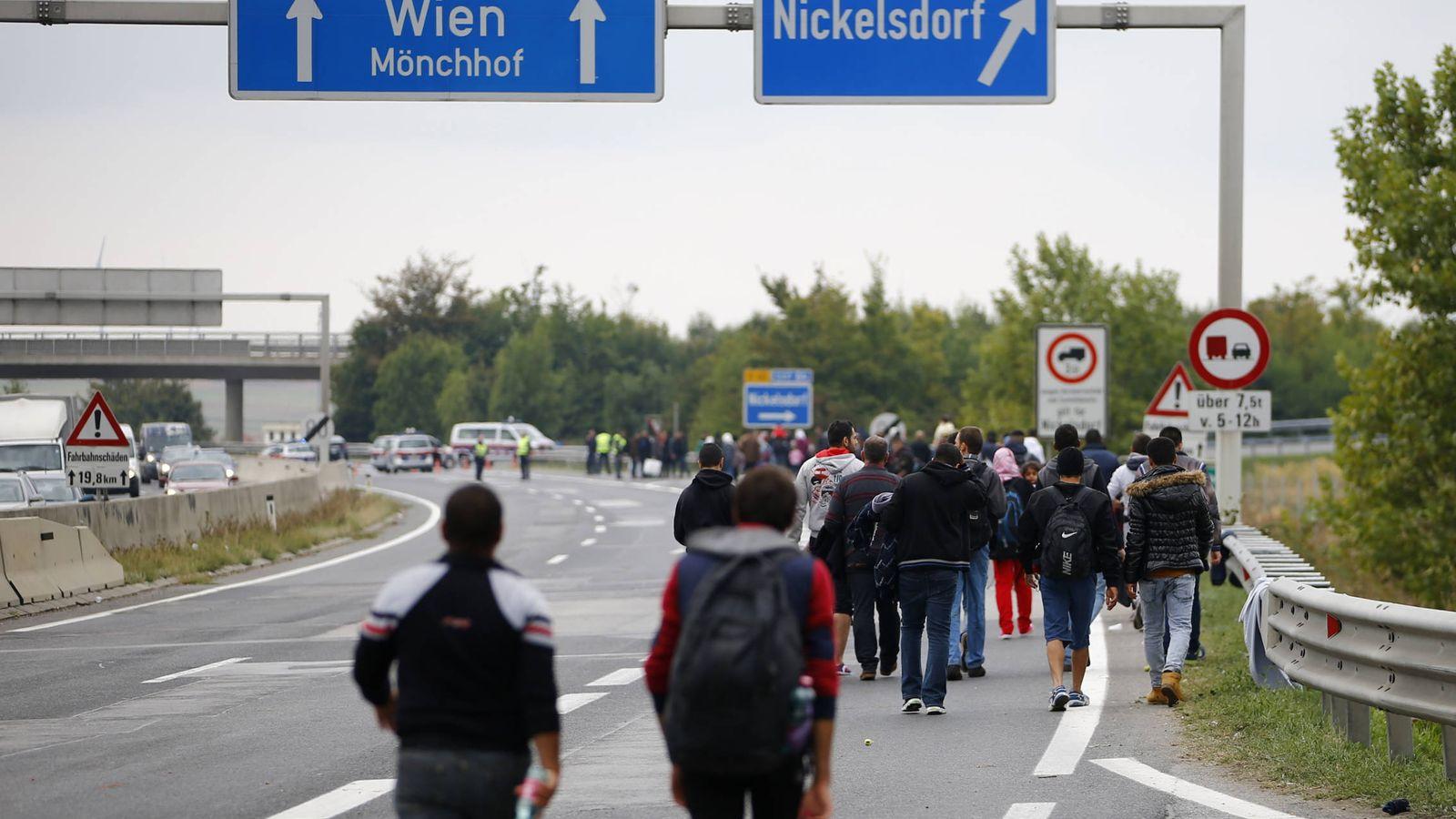 Foto: Migrantes y refugiados caminan por una autopista hacia Viena, cerca de Nickelsdorf, Austria (Reuters).