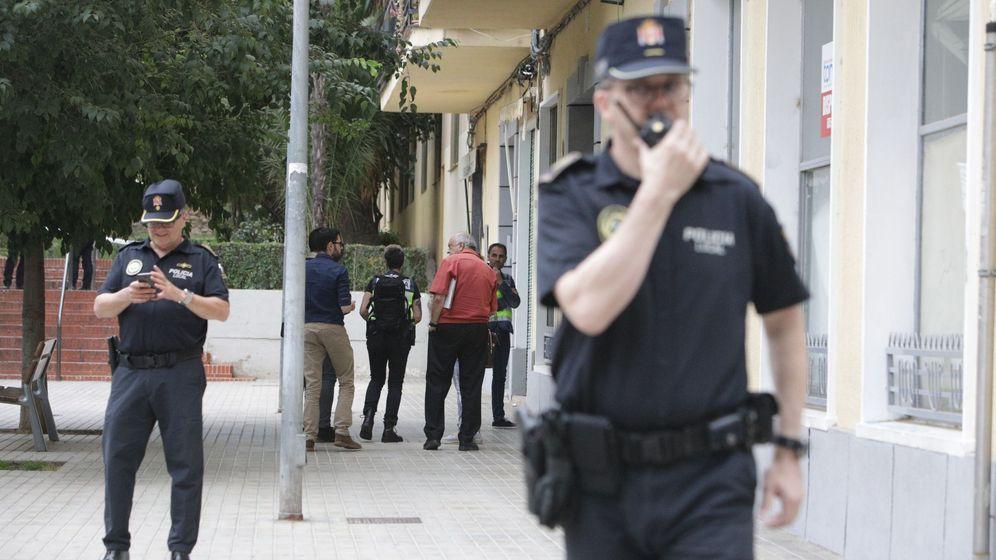 Foto: Agentes de Policía trabajan ante la vivienda donde ha sido encontrada la mujer. (EFE)