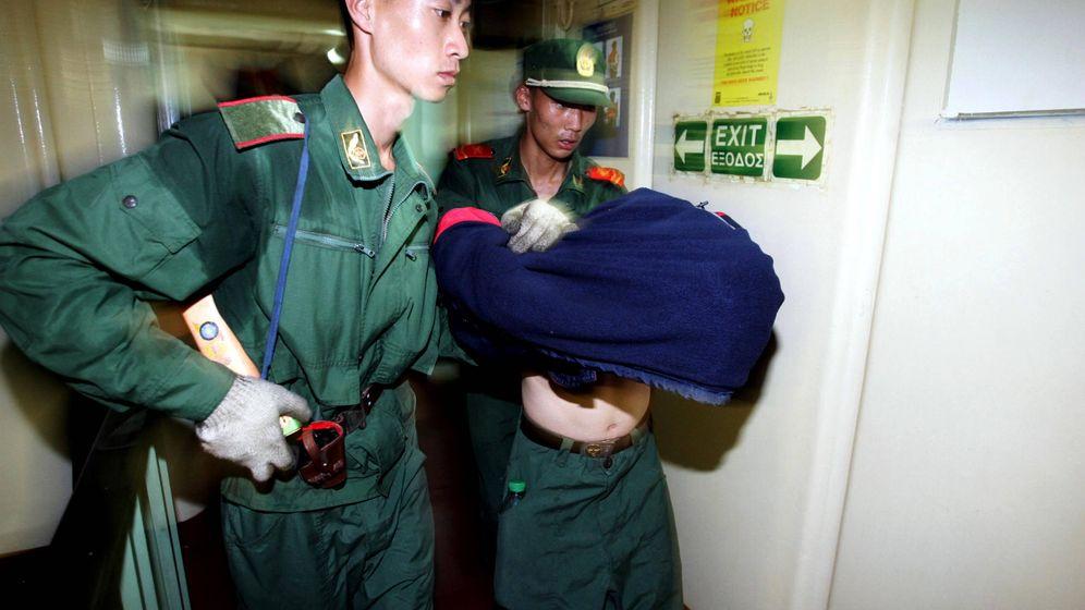 Foto: Policías chinos detienen un inmigrante víctima de los cabeza de serpiente. (Reuters)