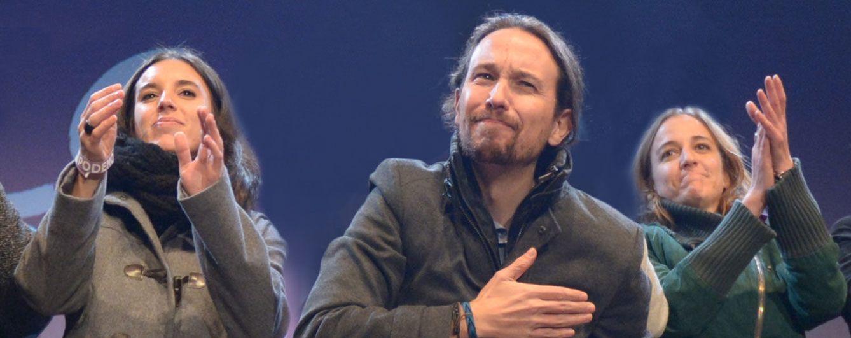 Pablo Iglesias celebra su triunfo electoral con sus dos 'amigas entrañables'
