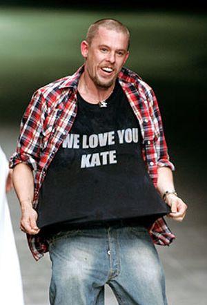 McQueen, el 'hooligan' sensible que salvó la moda británica