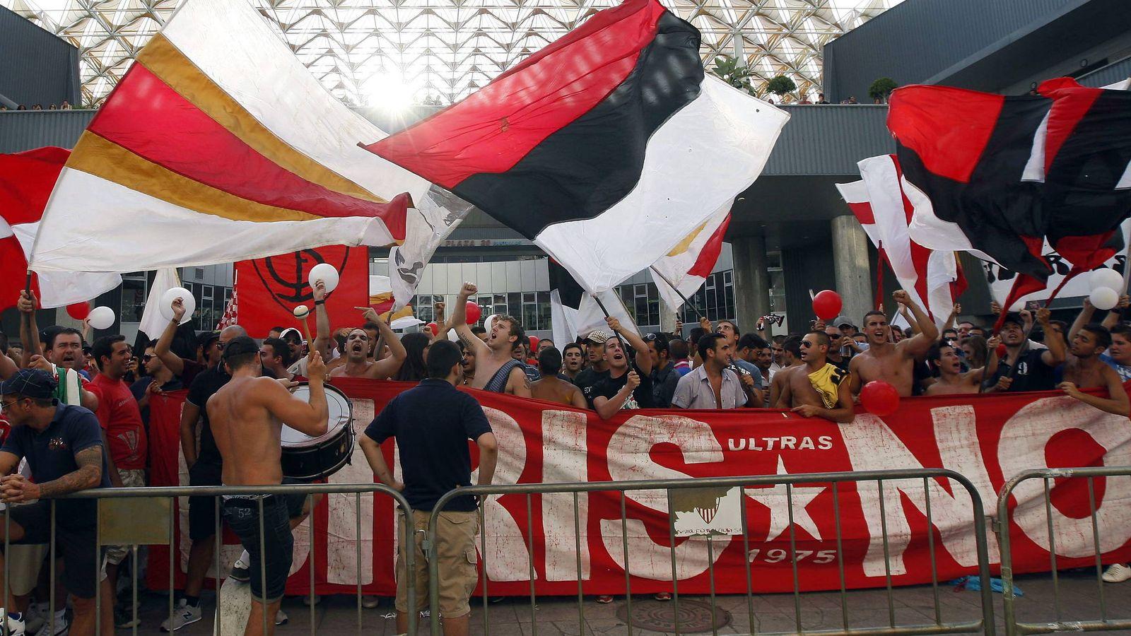 Foto: Un grupo de aficionados, la mayoria de la peña 'Biris Norte', en una protesta contra el expresidente del Sevilla FC, José María del Nido. (EFE)
