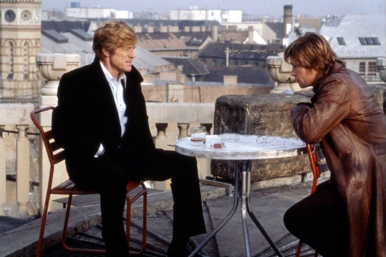 Foto: Robert Redford y Brad Pitt en 'Spy Game'. Al fondo, la sinagoga de Budapest