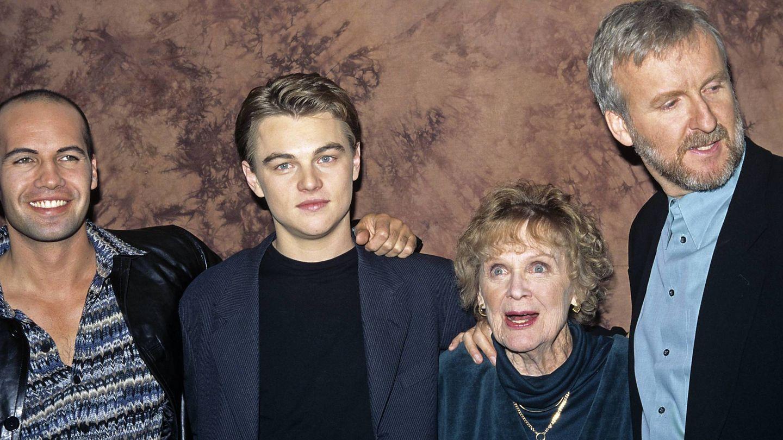 Leonardo DiCaprio, Billy Zane, Gloria Stuart y James Cameron, en uno de los estrenos de 'Titanic'. (CP)