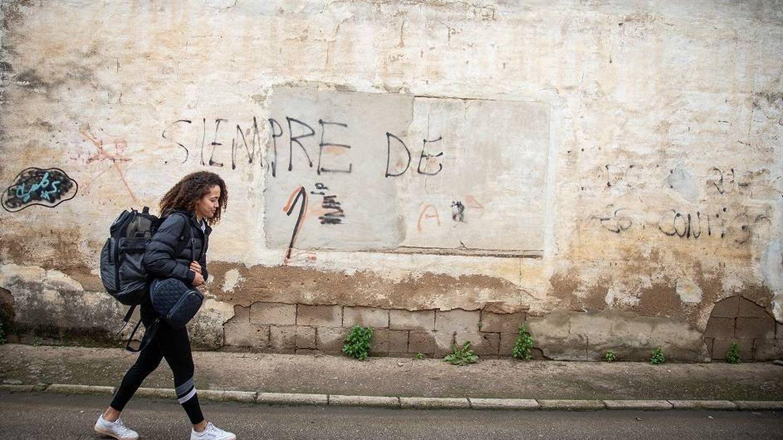 Lara, tras salir del entrenamiento, por las calles de Coria del Río. (Fernando Ruso)