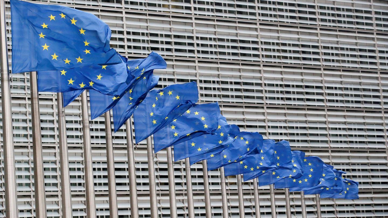 Banderas europeas frente a la Comisión Europea en Bruselas. (Reuters)