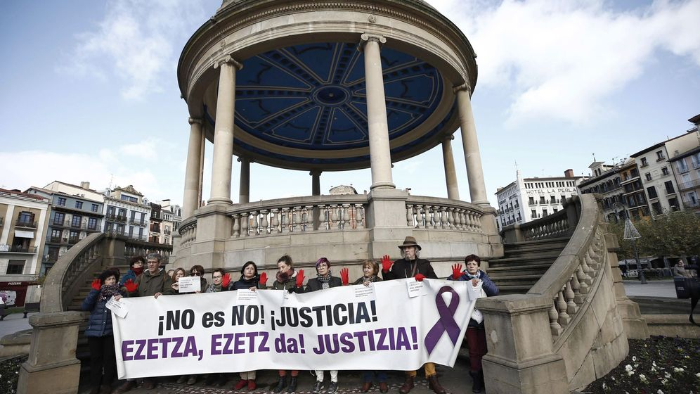 Foto: Concentración por un juicio justo con motivo del inicio del proceso contra 'La manada'. (EFE)