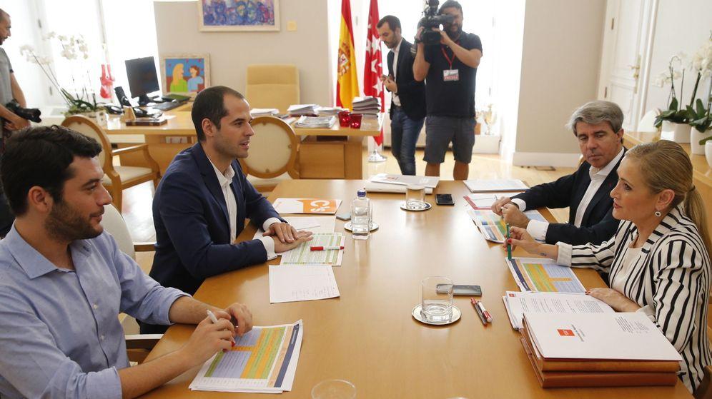 Foto: La presidenta de la Comunidad de Madrid, Cristina Cifuentes, y el portavoz de Ciudadanos en la Asamblea de Madrid, Ignacio Aguado (2-i). (EFE)